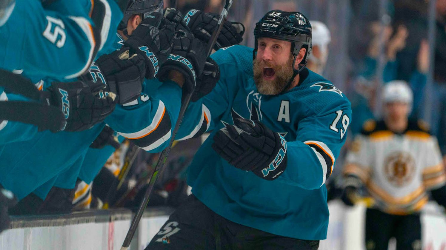 Joe Thornton (San Jose Sharks) sa teší z hetriku proti Bostonu Bruins.